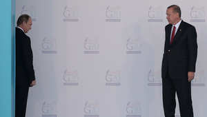 بوتين يتحدث مع أردوغان قبل أن يغادر منطقة الوصول خلال مراسم الاستقبال الرسمي في اليوم الأول مؤتمر قمة قادة مجموعة العشرين بتركيا