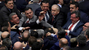 عراك في البرلمان التركي خلال مناقشات تعديل الدستور.. وقلق من ازدياد سلطة أردوغان