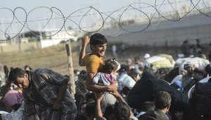 """آلاف السوريين يحطمون الحواجز الحدودية ويدخلون الأراضي التركية """"عنوة"""""""