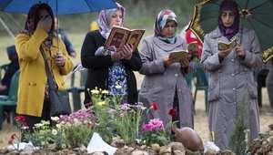 قراءة القرآن على قبور ضحايا انفجار المنجم بعد دفنهم