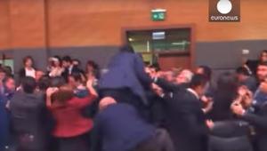بالفيديو: البرلمان التركي يشهد نقاشا حادا.. باللكمات والركلات والتراشق بزجاجات الماء