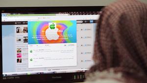 مواطن سعودي يتصفح موقع تويتر