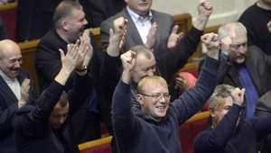الغموض يلف مكان وجود الرئيس الأوكراني واستقالة رئيس البرلمان
