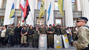 ناشطون يغلقون أحد أبواب البرلمان الأوكراني للمطالبة بحل البرلمان وإجراء انتخابات مبكرة، 17 يونيو/ حزيران 2014