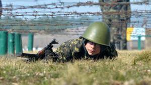 أحد الناشطين الأوكرانيين المؤيدون لأوروبا يتلقى تدريبات عسكرية بعد انضمامه للحرس الوطني الذي تم تشكيله حديثا