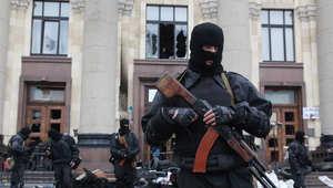 شرطي أمام مبنى حكومي في شرق أوكرانيا حيث وقعت مواجهات مع مؤيدين لروسيا