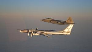 مقاتلة أمريكية ترافض قاذفة قنابل روسية في حادث وقع 2011