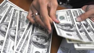 """الجنيه المصري ينخفض أمام الدولار من جديد.. ومغردون يدشنون وسم """"الدولار بيصَبّح على الجنيه"""""""