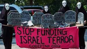 """متظاهرات من منظمة """"الرمز الوردي"""" أمام السفارة الإسرائيلية بواشنطن"""