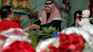 سعودي يشتري باقة ورد لزوجته من محل في الرياض بمناسبة عيد الحب