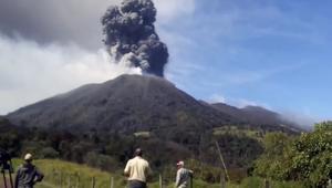 مشهد مذهل للحظة ثوران بركان في كوستاريكا