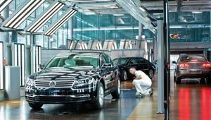 """بالصور..هكذا تُدلل السيارات في مصنع """"فولكس فاغن"""" في ألمانيا"""