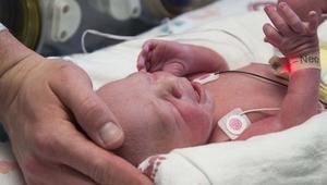 أول طفل يولد بعد زراعة رحم في أمريكا
