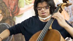 فنان بحالة وراثية يعزف التشيلو في مترو الأنفاق.. لماذا؟