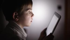 ما هو الوقت المسموح فيه للأطفال بالنظر إلى شاشات الأجهزة المحمولة؟