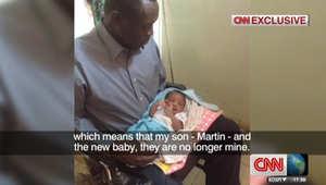 صورة للوالد وطفلته المولودة بالسجن