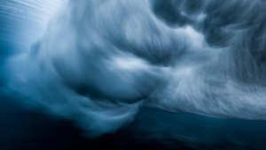 أمواج تضرب الشعاب.