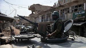 جندي باكستاني يعتلي سطح دبابته