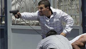 أحد عناصر الشرطة السرية الإسرائيلية يوجه مسدسا إلى مظاهرة فلسطينية بعد صلاة الجمعة في القدس
