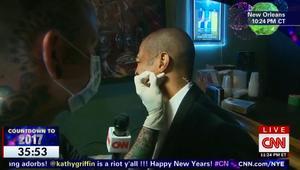 مراسل CNN يثقب أذنه احتفالاً برأس السنة أثناء بث مباشر!
