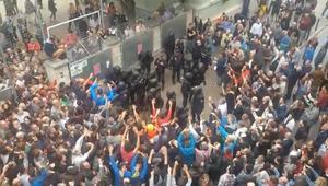 إصابة المئات في اشتباكات إثر محاولة شرطة إسبانيا منع استفتاء كتالونيا