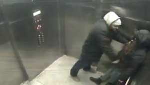شاهد.. فيديو يظهر رجلاً يطعن شابة في المصعد في محاولة سرقتها