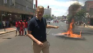 أعمال شغب ونهب في جنوب أفريقيا وسط احتجاجات تطالب برحيل زوما