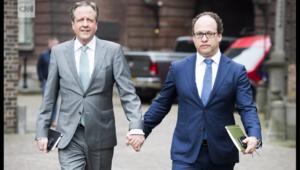 رجال يمشون يد بيد تضامناً مع ثنائي مثلي