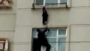 إنقاذ فتاة في الرابعة من عمرها من السقوط من النافذة