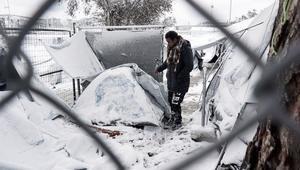 الثلوج والطقس القاسي يجلبان الفوضى للاجئي مخيم ليسبوس