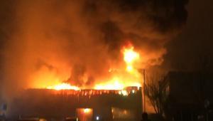 شاهد.. حريق ضخم بمصنع للدهانات شمال لندن