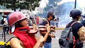 بكمان وشجاعة.. شاهد كيف تظاهر هذا الفنزويلي