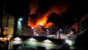 شاهد.. اندلاع حريق هائل في سوق كامدن في لندن
