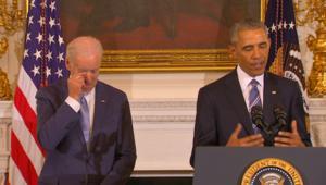 دموع نائب أوباما تنهمر بعد تلقيه ميدالية الرئاسة للحرية