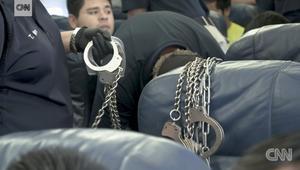 نظرة نادرة داخل رحلة لطائرة ترحيل المهاجرين من أمريكا