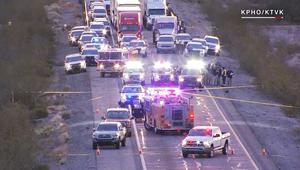 شاهد.. سائق يقتل رجلاً كان يضرب شرطياً مصاباً