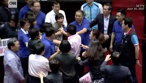 شجار عنيف بين نواب برلمان باللكمات والكراسي وزجاجات المياه