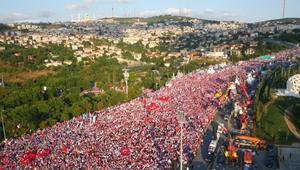 آلاف الأتراك يحتشدون في ذكرى محاولة الانقلاب
