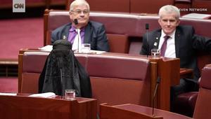 سيناتور أسترالية ترتدي البرقع بالبرلمان.. وتدعو لحظره