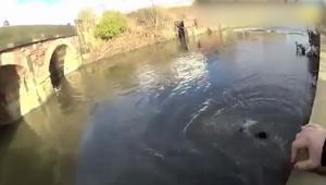 بريطانيا:الشرطي محمد نديم ينقذ رجلا من الغرق في نهر متجمد