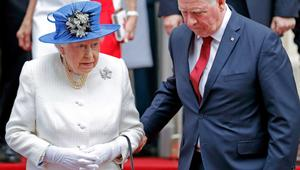 شاهد.. مسؤول كندي يمسك ذراع الملكة إليزابيث!