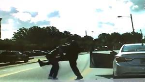 فيديو يظهر شرطيا أمريكيا يلكم رجلا بالشارع