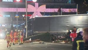 لقطات قريبة للشاحنة التي هاجمت سوق عيد الميلاد في برلين