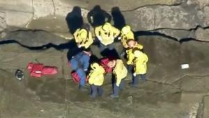فتاة تتعرقل على حافة منحدر صخري وتقع مسافة 30 متراً