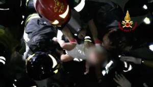 إخراج رضيع من تحت الركام بعد هزة أرضية في جزيرة إسكيا الإيطالية
