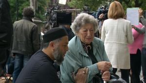 مسلم ويهودية يصليان معا على أرواح ضحايا مانشستر