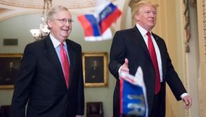 شاهد.. متظاهر يلقي أعلاما روسية على ترامب ويتهمه بالخيانة