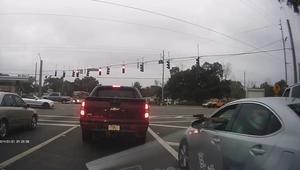 شاهد.. تبادل إطلاق نار على إشارة مرورية في فلوريدا