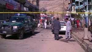شاهد.. آثار التفجير الانتحاري الذي أودى بحياة 11 شخصاً على الأقل بأفغانستان