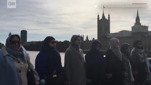 شاهد.. مسلمات يشكلن سلسلة بشرية بلندن بعد هجوم البرلمان